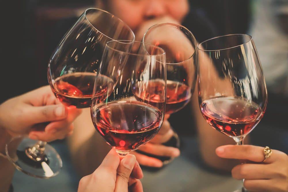 Consumul moderat de alcool reduce riscul atacului de cord